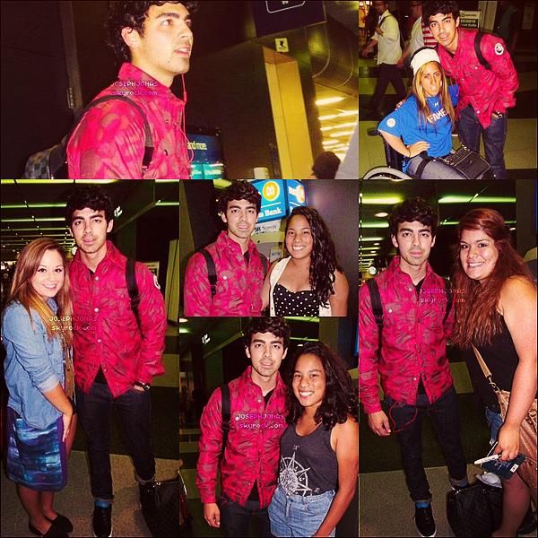 28 Juillet 2012  :  Joe a été aperçu alors qu'il sortait de l'aéroport dans la ville de Chicago.    Joseph a prit du temps pour poser avec tout les fans présents à son arrivé et qui l'attendaient depuis quelques heures!