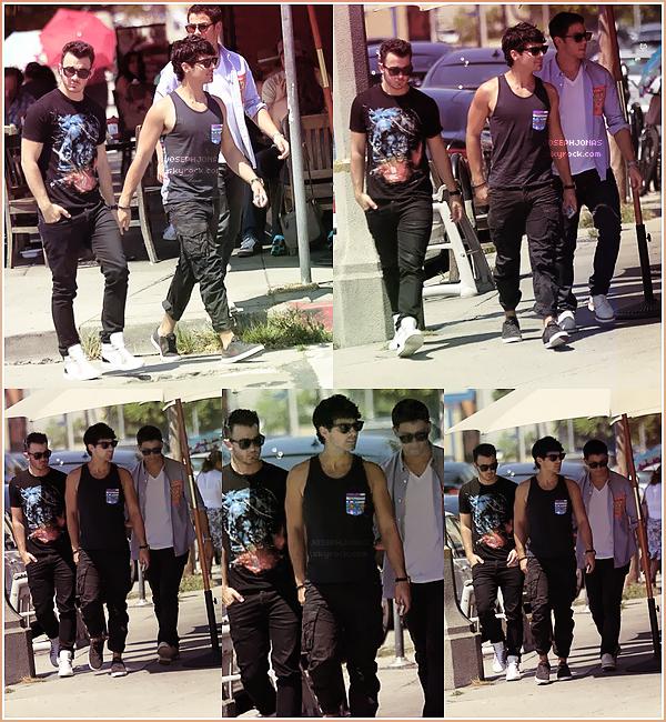 11 Août 2012  : Les Jonas Brothers réunis ont été aperçus allant Kings Road Café à Hollywood.