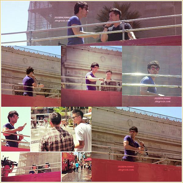 """14 Août 2012  :  Joe était guide touristique sur un bus à Los Angeles dans le cadre de """"The Next""""."""