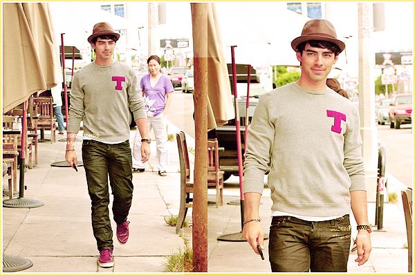 05 Septembre 2012  :  C'est en famille que Joseph a été vu déjeunant au Kings Road Café à  L.A.