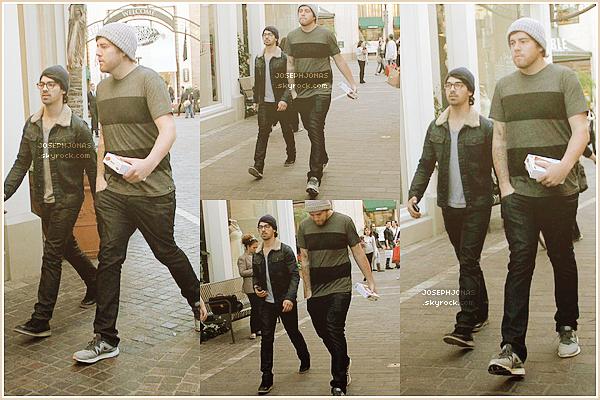 04 Janvier 2013  :  Joe et Kyle sortaient d'une boutique au centre commercial The Grove. (LA).