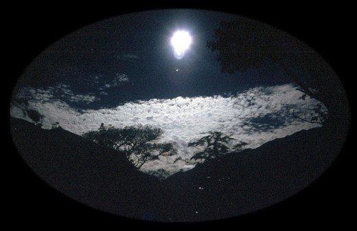 L'homme qui aime normalement sous le soleil, adore frénétiquement sous la lune.   ( Guy de Maupassant  )