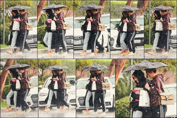 09/01/18 - Camila Morrone a été photographiée arrivant à son domicile avec Hailey à Los Angeles, -CA. Pour cette première sortie de l'année, on retrouve Camila sous la pluie, ça aurait pu être mieux et la tenue n'est pas top je dois avouer