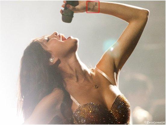Deux photos de Selena lors de son interview avec Popsugar. Plus une vidéo de Selena rencontrant ses fans.