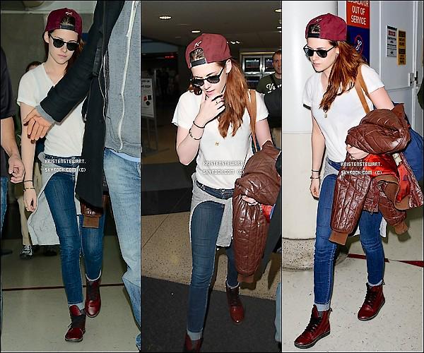 12/01/2012 Kristen était à l'aéroport de NY, avec sa publiciste, Ruth, pour rentrer chez elle. Tenue habituelle de Kstew, tee-shirt, slim et baskets (que j'aime beaucoup d'ailleurs), TOP. (PS: K a la veste de Rob à la main! hihi)