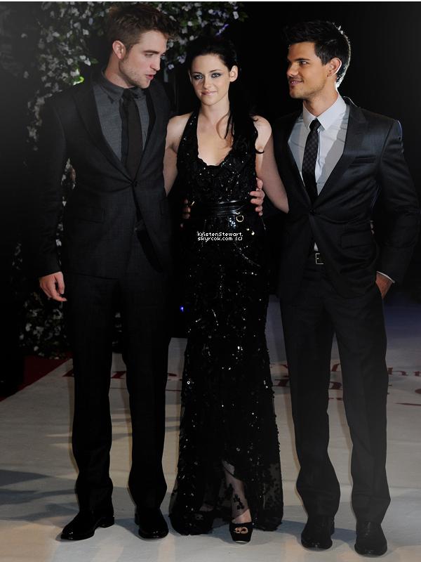 16/11/11- Kristen, Rob et une partie du cast étaient présents à la première de BD1 à Londres. J'adore sa tenue et son make-up s'accorde parfaitement à celle-ci. Robsten étaient très mignons et complices hihi.