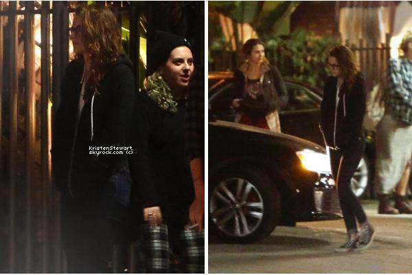 17/04/13- Kristen et son petit-ami Rob était à une station d'essence avec leurs chiens dans LA. J'adore le tee-shirt de Kristen et la tête de Rob sur une photo me fait rire haha. (cool ma vie)