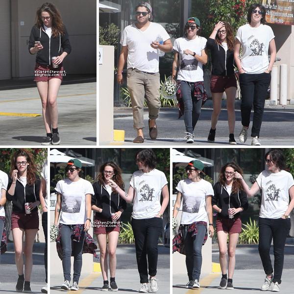 29/04/13- Kristen, cheveux pas coiffés, était dans les rues de Los Angeles avec ses amis. J'aime bien son short il lui va parfaitement bien mais..ses cheveux pas coiffés ça fait un peu négligé.