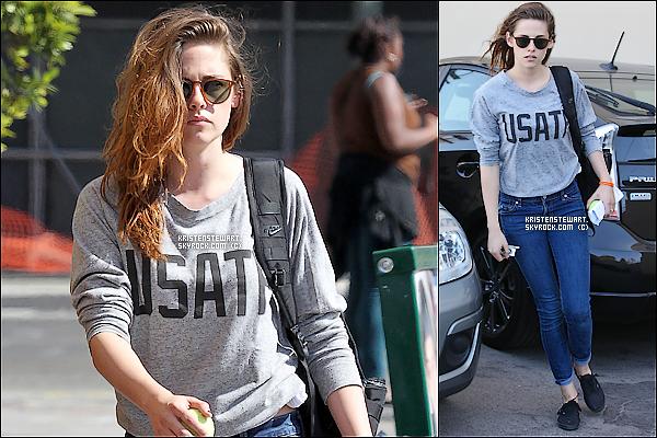 """13/06/13 : Kristen sortait d'un building où elle s'y est rendue pour son prochain film """"C-x-R""""."""