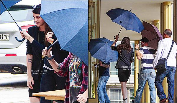 Le 04 septembre 2013 - Kris sur le set de son prochain film « Sils Maria » à Berlin (en Allemagne).[/alig fen]