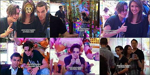 """. 28/07/14 - Kristen et sa co-star d'Equals, Nicholas Hoult, dans un restaurant à Tokyo.  Les photos ne sont ' pas de haute qualité malheureusement... Le tournage"""" du film « Equals » débutera - très prochainement ! Hâte ?  ."""
