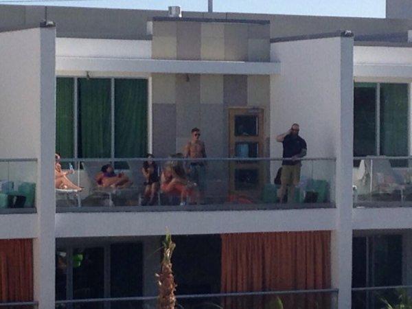 2 Mai 2014 - Las Vegas : Justin se promène près de la plage + sur le balcon de l'hôtel avec des amis