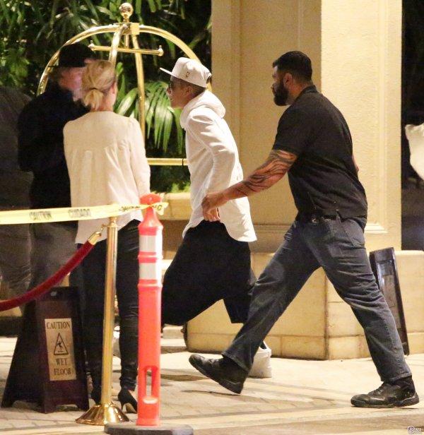nuit du 5 Mai 2014 - Beverly Hills : Justin retourne à l'hôtel Four Seasons avec ses amis et Yovanna Ventura