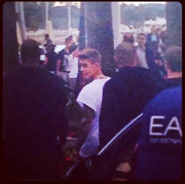 17 Mai 2014 - Cannes (France) : Justin se promène le matin (photos floues) + quitte le Festival