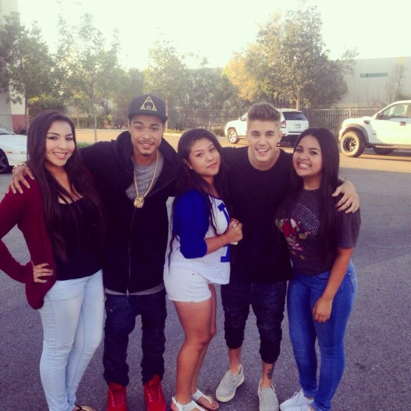 28 Mai 2014 - Los Angeles : Justin et Khalil posent avec des fans West Coast Customs
