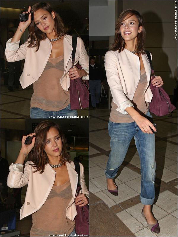 .  2Septembre~Jessica Alba à l'aéroport LAX.Top/Flop?  .