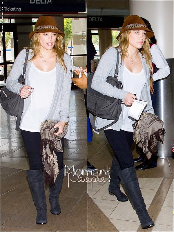 .  12Septembre~L'aéroport LAX !   Hilary Duff à l'aéroport Lax ! Tu as un commentaire à laisser sur sa tenue ? :)   Pubs :Mode--De--Stars++Toi ? Pour sa tu dois laisser 5vrais commentaires en précisant  ! .