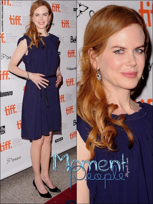 . 13Septembre~Toronto/Canada . Nicole Kidman à la première de son nouveau Film Rabit Hole .  Mon avis sur sa tenue :  J'aime beaucoup la tenue que nous sort Nicole ,sa coiffure et son maquillage aussi ! Et toi tu en penses quoi ,Tu trouves qu'elle mérite un Top? $) Un Bof  8) Ou un Flop ...? %)  Pub :mode--de--star.skyrock. ,toi aussi tu veux une Pub ? pour sa laisse 5vrais commentaires sur cet article en précisant ,et tu auras ta Pub pendant 5 jours ^^ . .  .