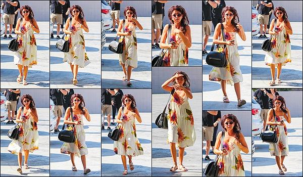 """""""2018""""' • August 07th ─ S.Hyland a été photographié - visiblement pas enchantée dans les rues de Los Angeles, CA. Après quelques jours sans news, ça fait plaisir de la revoir, c'est  dommage qu'elle n'aime pas trop les paps en ce moment. Vos avis sur la tenue ?"""
