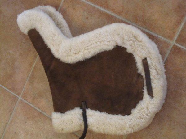 Tapis de selle dressage en peau d 39 agneau mat riel d for Tapis en peau d agneau ikea