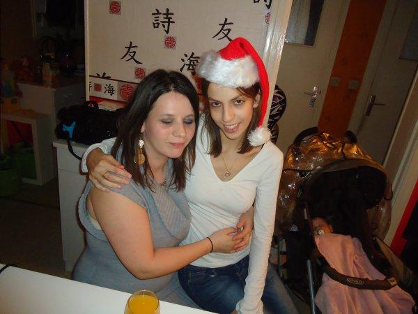 Elo et jenny en tit mère noël au nouvel an !......( et loulou ki dormait a point fermé a côté :)