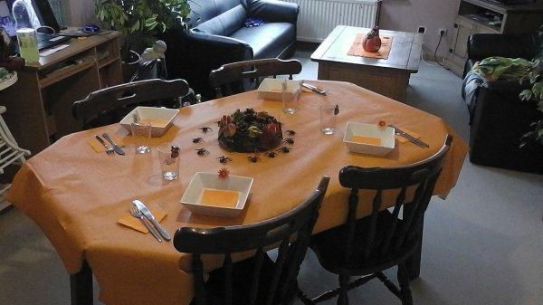 voici ma table d hallowen mdr
