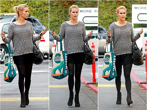 06/12/14 - Claire a été aperçue à la sortie du supermarché Whole Foods, à West Hollywood.  Pour une fois que ce n'est pas une sortie de Claire après le sport, je suis contente et je trouve sa tenue super jolie en plus.