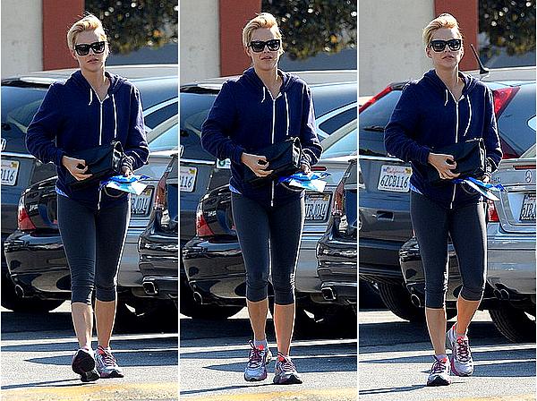 26/02/15 - Claire a été aperçue à la sortie de sa salle de sport assez tôt le matin, à Los Angeles.  Ca faisait plus de deux mois qu'on avait pas eu de candids de Claire, cool de la revoir de sortie même si c'est au sport.