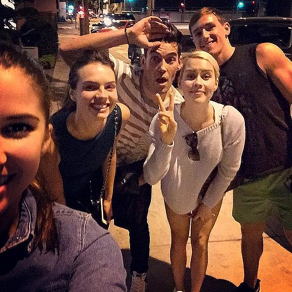 Claire a passé une soirée avec ses amis Stacey, Vanessa, Nick et Blake ce 16 mars 2015.