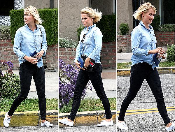 19/03/15 - Claire a été aperçue par les paparazzis traversant une rue seule, à West Hollywood.  Claire était, comme souvent, très souriante avec les paparazzis, quant à sa tenue, toujours très simple et jolie, j'adore.