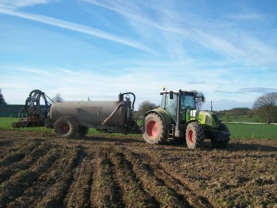 Epandage de lisier avec enfouisseur pour préparer la Terre avant le semis :)