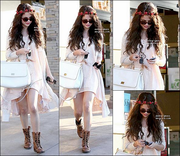 . 15.06.13 - Selena a était vue quittant le Restaurant Kabuki a TarzanaJ'adore comment Selena était habillée, sa couronne de fleurs , sa robe , son gilet. Un Top !