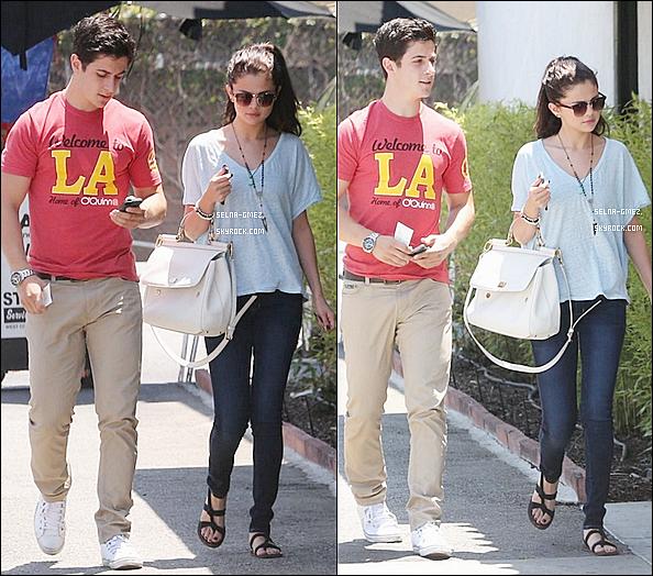 . 8.06.13 - Selena a était déjeunée avec David Henrie a Los AngelesSa fait plaisir de revoir Selena et David , ce qui prouve que méme avec la fin des SDWP , ils se voyent toujours.
