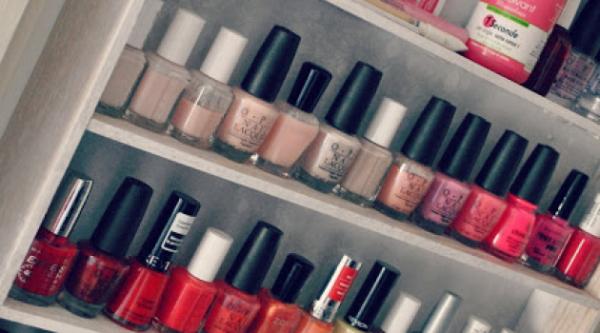 Comment ranger ses vernis à ongles quand on est passionnée de nail-art et qu'on collectionne les petits flacons multicolores ? Par couleur ? Par marque ? Avouez, quand les précieux commencent à s'accumuler dans la salle de bains, il y a de quoi devenir chèvre pour s'y retrouver ! Mais une fois n'est pas coutume, nos blogueuses beauté sont les reines de l'organisation et ont une manière bien à elles de ranger leur (énorme) collection de vernis. De la vraie vernithèque montée sur des étagères en bois, au recyclage des boxes beauté en carton, ou plus simplement un rangement en vrac dans un joli bocal, chacune semble avoir trouvé le bon moyen pour organiser sa petite collection. Et vous, quel sera le vôtre ?