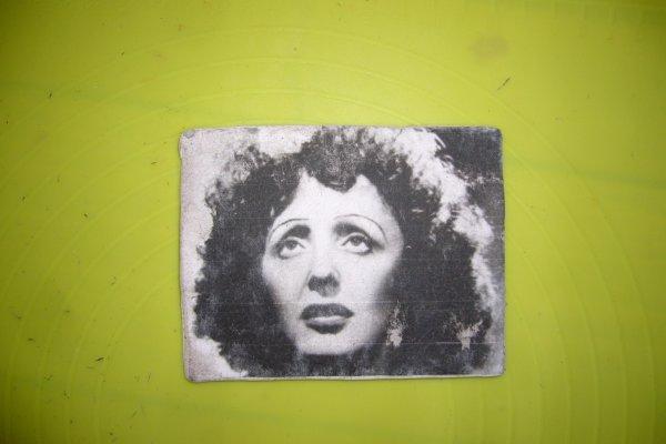 Portrait 10/10 cm réalisé en noir et blanc ,petit cadre a poser sur un chevalet