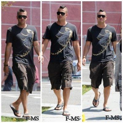 CANDIDS  17 août 2011 - Mark sur le set de Glee, le jour de son anniversaire. Ses habilles sont simples mais cela lui va !