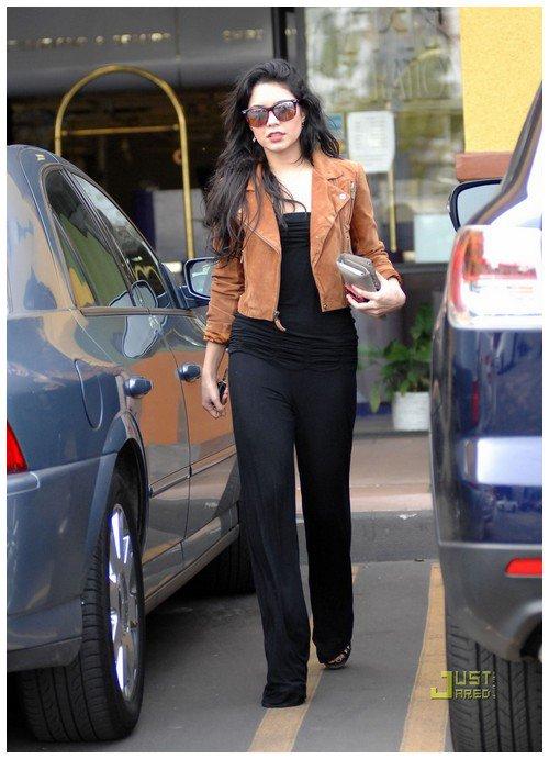Vanessa hudgens omg comment mettre une combinaison noire tout en paraissant canon prenez - Quelles chaussures avec une combinaison noire ...