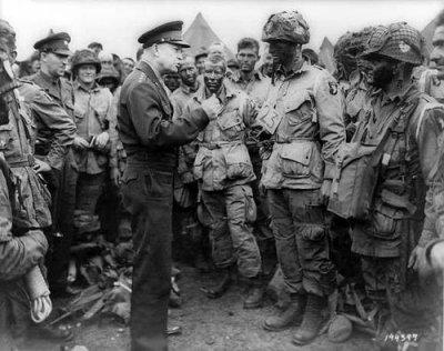 le général Dwight Eisenhower et les parachustistes