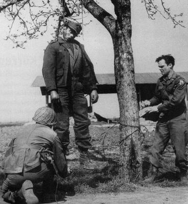 Des soldats américains décrochent le cadavre d'un Allemand pendu pour désertion, près de Schweinfurt, en avril 1945