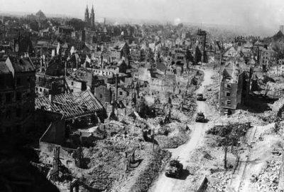 Des blindés américains dans les ruines de Nurenberg, en avril 1945