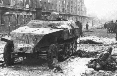 Des cadavres allemands dans les ruines de Berlin