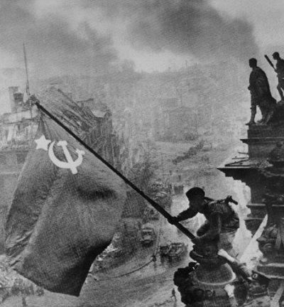 Le drapeau soviétique flotte sur le Reichstag