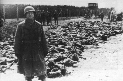 Un soldat américain devant des cadavres de déportés, au camp de concentration de Dachau, en avril 1945