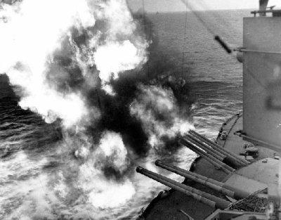Le USS Nevada tire contre les positions allemandes près d'Utah Beach, le 6 juin 1944