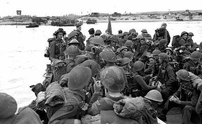 Des soldats canadiens s'apprêtent à débarquer à Juno Beach