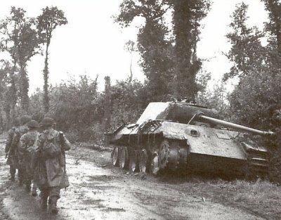 Des soldats britanniques passent près d'un Panther détruit
