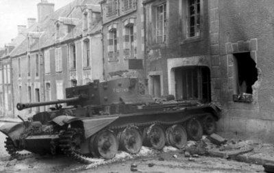 Un tank britannique Cromwell détruit pendant la bataille de Villers-Bocage, le 13 juin 1944