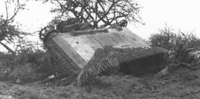 Un Tigre retourné et détruit par l'effet de souffle d'un bombardement allié, pendant l'opération Goodwood