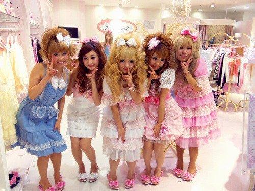 Le style Hime Gyaru qui est en première photo qui n'est pas a confondre avec le style Sweet lolita (2ème photo). Le Style Hime (Princesse) Gyaru a un côté plus Angélique comme vous pouvez le remarquer ^^