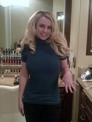 04-01 – Britney pose avec sa bague de fiançailles